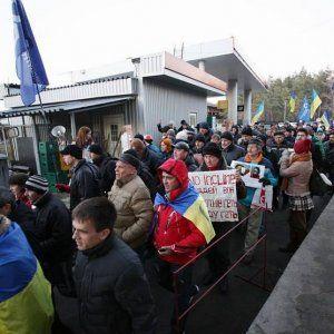 """Активисты под особняком Захарченко облили его портрет """"кровью"""" Чорновол"""