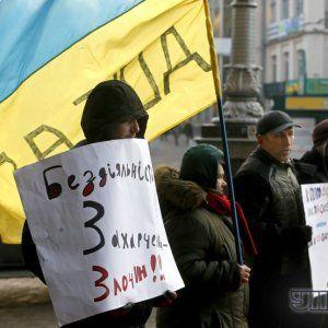В Дніпропетровську активіста Євромайдану попередили розбитим склом машини