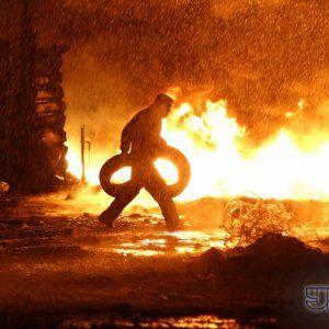 На Грушевського демонстранти травлять міліцію димом і чатують свою територію