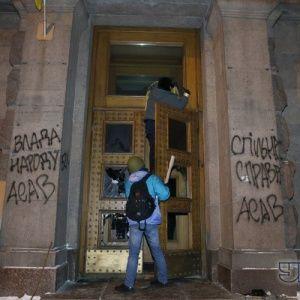 У захопленій активістами будівлі Мінагрополітики розтрощили двері та обмалювали стіни