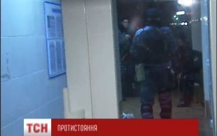 """Снайпери київського """"Беркуту"""" охороняють свою базу з балконів та дахів сусідніх житлових будинків"""