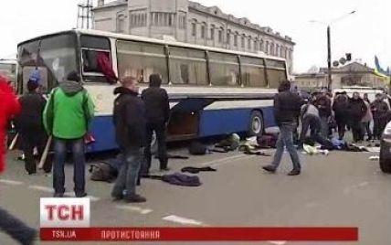 У Борисполі активісти розтрощили шість автобусів з кримськими силовиками