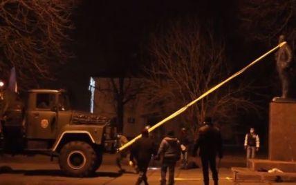 В Броварах грузовиком свалили памятник Ленину