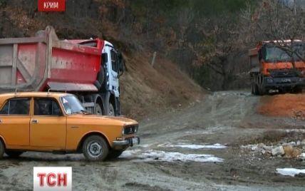 У Ялті обурені мешканці своїми автівками перекрили дорогу вантажівкам