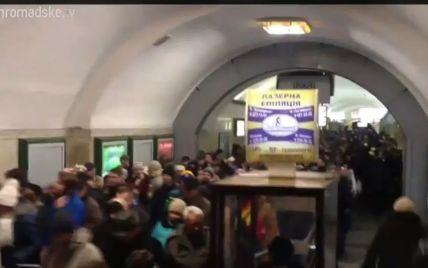"""В Киеве на станции метро """"Крещатик"""" произошла массовая драка: распылили слезоточивый газ"""