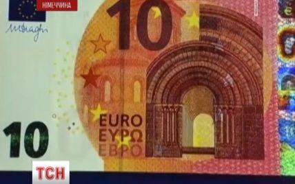 Новенькі 10 євро яскраво-червоного кольору та містять напис кирилицею