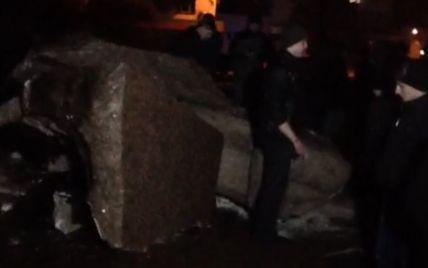 После трехчасовых усилий в Житомире таки свалили памятник Ленину