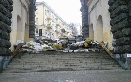 Столичные коммунальщики пытались разобрать баррикаду майдановцев