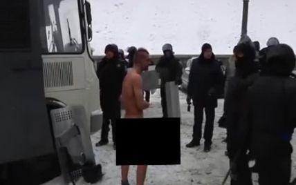 Силовики на Грушевського глузували, били і фотографували голого чоловіка на морозі (шокуюче відео)