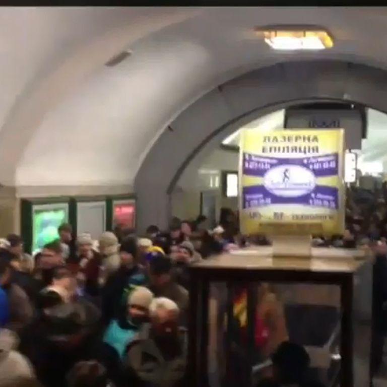 """У Києві на станції метро """"Хрещатик"""" сталась масова бійка: розпилили сльозогінний газ"""