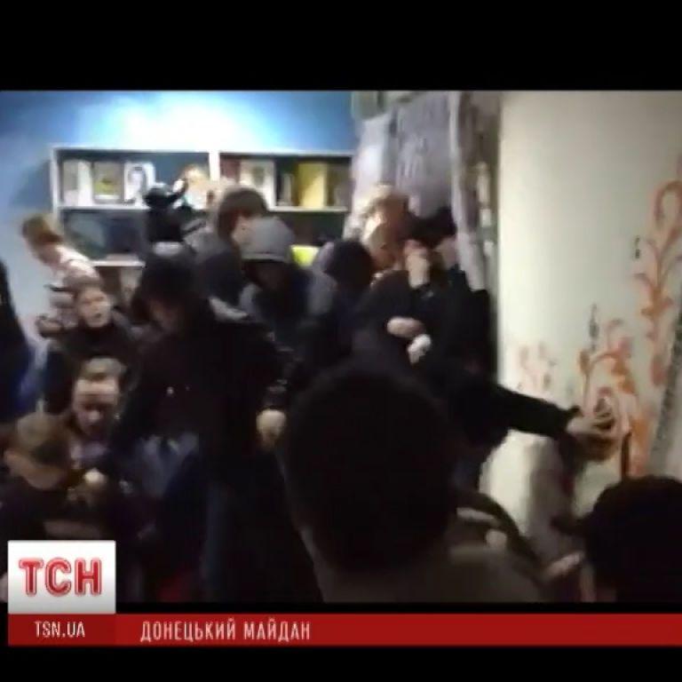 У Донецьку люди з георгіївськими стрічками розгромили кафе, де зібралися євромайданівці