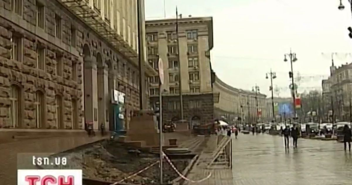 Будівля Київської адміністрації втратила дев'ятиметрові блакитні ялинки