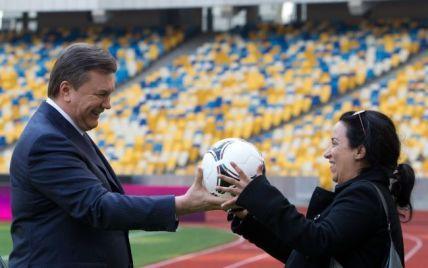 Французька журналістка випросила у Януковича м'яч до Євро-2012