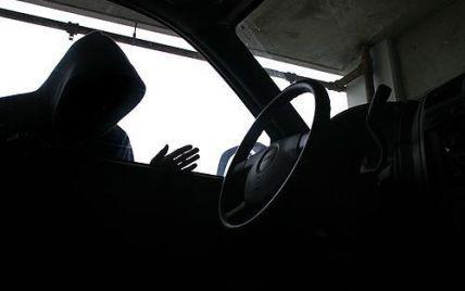 Необачних київських водіїв все частіше грабують прямо на світлофорах