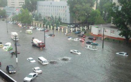 В Одесі машини плавають по вікна у воді (відео)