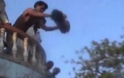"""В Індії дітей голяка скидають з вежі храму """"на щастя"""""""