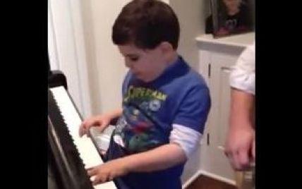 Хлопчик-аутист геніально виконує на клавішах відомий хіт (відео)
