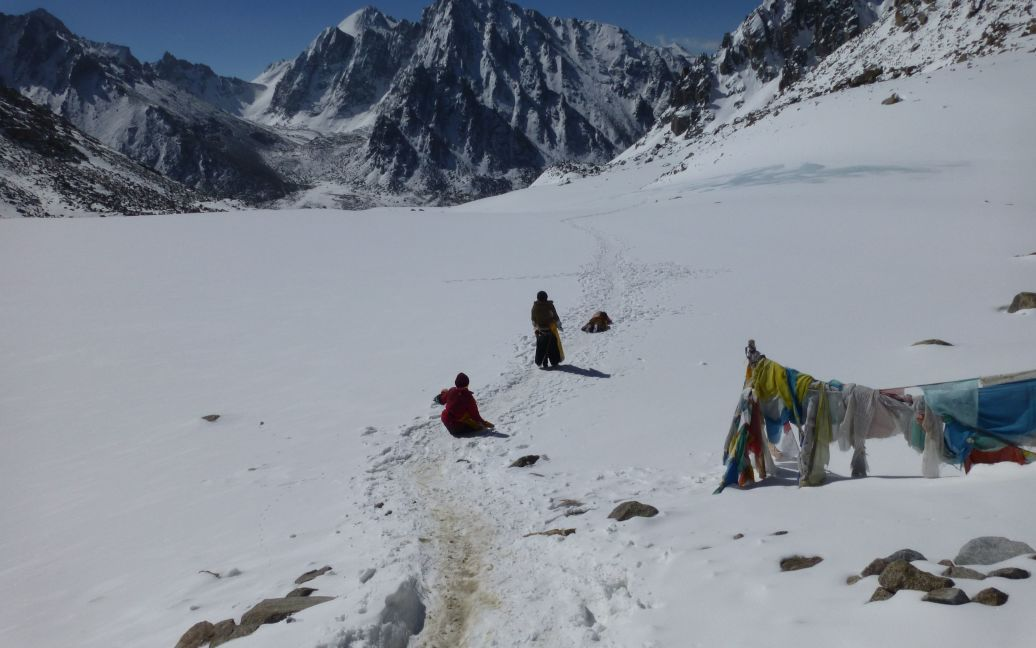 Простирание паломниц после перевала. Высота 5.400 / ©
