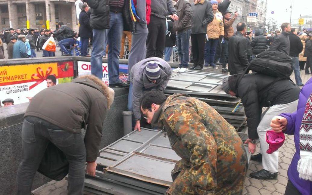 Люди повалили щити на Майдані / © Facebook/Oksana Denysova