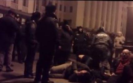 """""""Беркут"""" по-звірячому бив затриманих під АП: """"На коліна, мерзота! Революція, с*ка!"""" (відео)"""