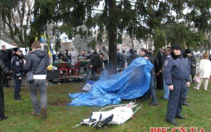 У Чернігові знесли Євромайдан, а обурений протестувальник намагався себе підпалити - ЗМІ