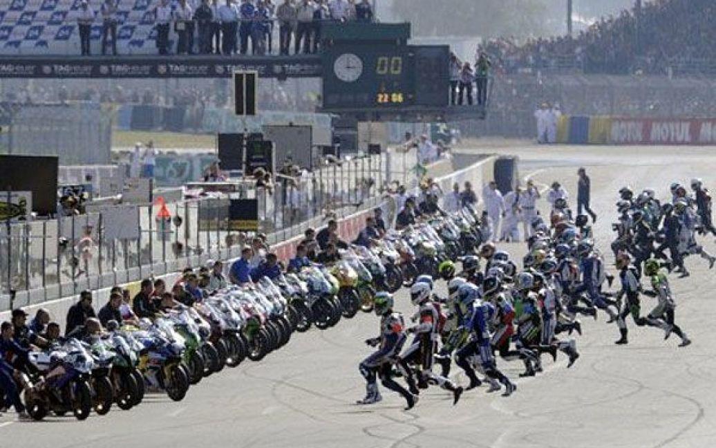 """Франція, Ле-Ман. Гонщики поспішають до своїх мотоциклів на початку 34-ої гонки на витривалість """"Le Mans"""", яка триває 24 години. / © AFP"""