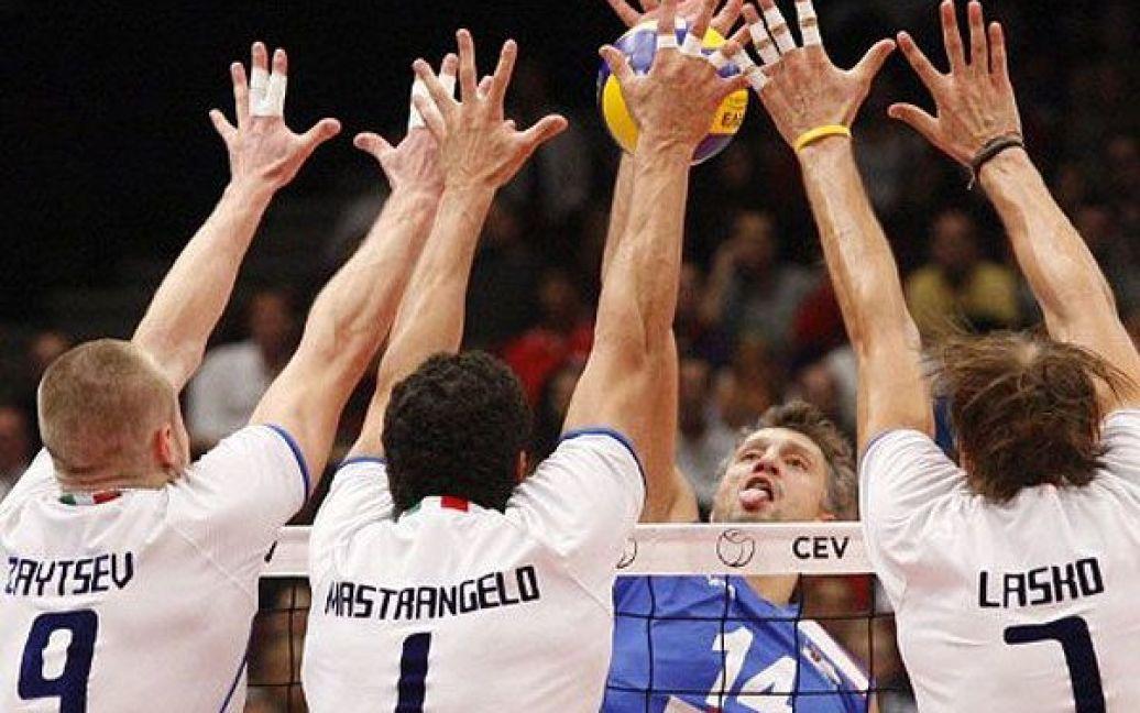 Австрія, Відень. Гравець збірної Сербії Іван Мілкович блокує м'яч під час фінальної гри між Сербією та Італією на чемпіонаті Європи з волейболу. / © AFP