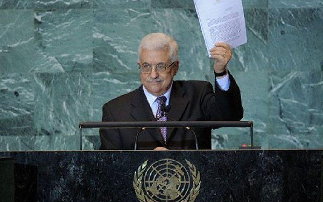 США, штаб-квартира ООН, Нью-Йорк. Президент Палестинської автономії Махмуд Аббас демонструє копію листа з проханням визнати державність Палестини під час виступу на Генеральній Асамблеї ООН в Нью-Йорку. / © AFP