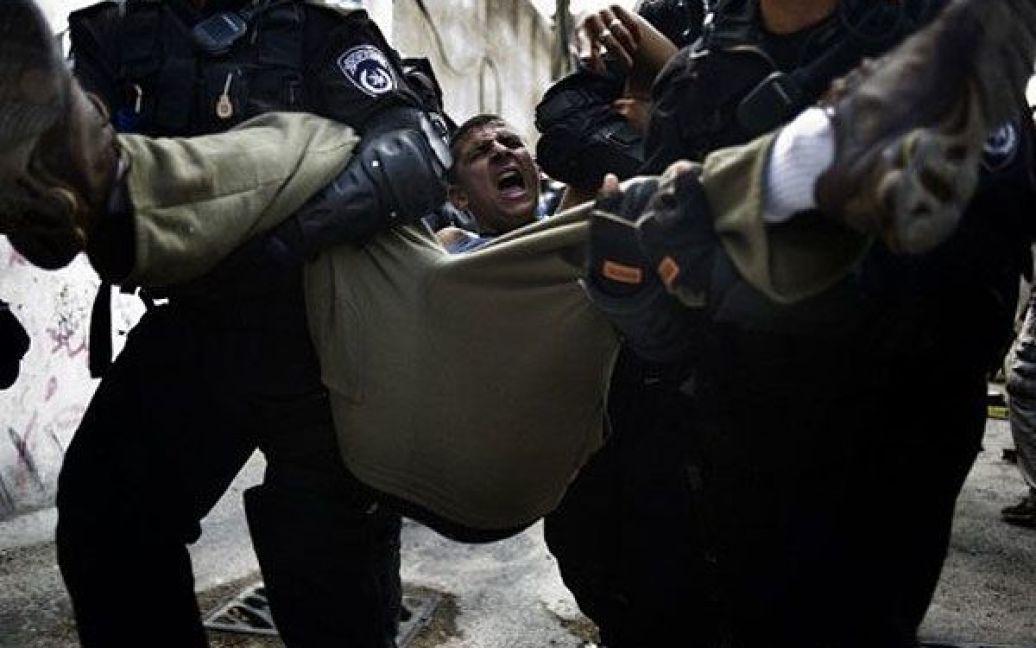 Єрусалим. Ізраїльські прикордонники затримують палестинських демонстрантів, які кидали каміння в поліцію під час зіткнень у Східному Єрусалимі. / © AFP