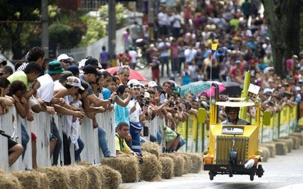 """Колумбія, Медельїн. Учасник веселих перегонів на 23-му фестивалі """"Roller Cart"""" в Медельїні. / © AFP"""