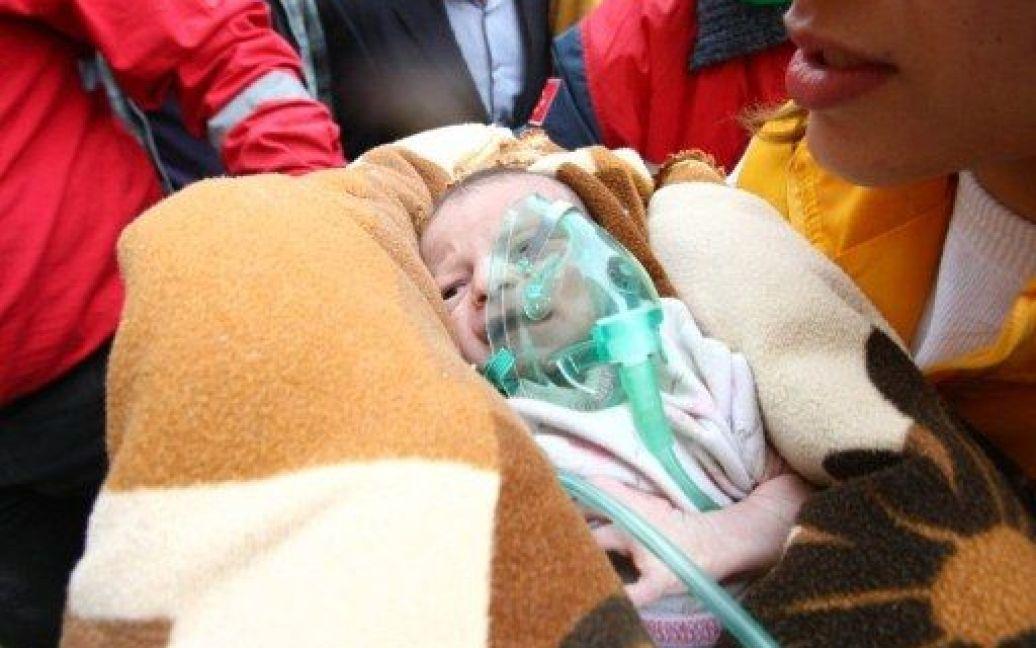 Напередодні з-під завалів у Туреччині врятували немовля / © AFP