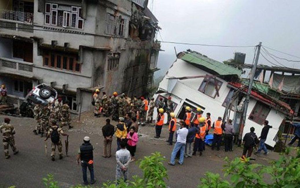 Індія, Гангток. Військові та рятувальники розшукують тіла жертв під завалами після руйнівного землетрусу, від якого постраждали мешканці кількох районів в Індії та Непалі. / © AFP