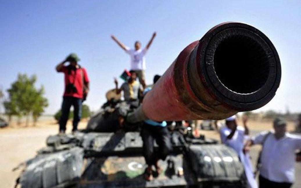 Лівійська Арабська Джамахірія, Сірт. Бійці Перехідної національної ради входять на танку на околицю міста Сірт, доки літаки НАТО бомбардують позиції військ Муаммара Каддафі. / © AFP