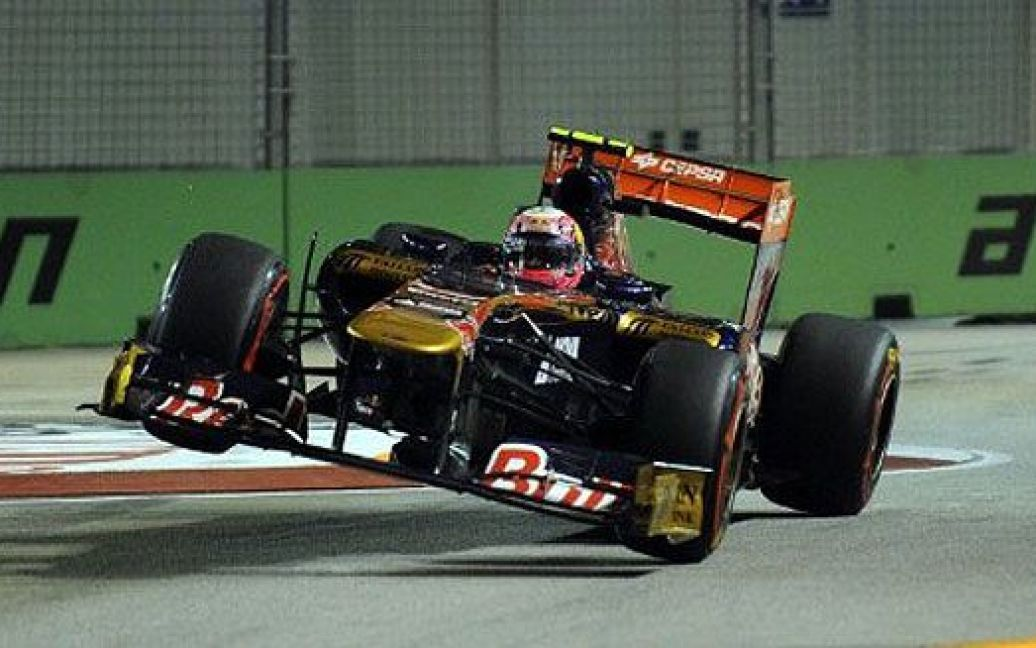 """Сінгапур. Іспанський гонщик команди """"Toro Rosso-Ferrari"""" Хайме Альгерсуарі тренується перед виступом на гран-прі Formula One в Сінгапурі. / © AFP"""