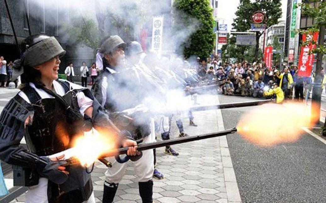 Японія, Токіо. Люди у формі воїнів-самураїв епохи династії Едо демонструють старовинну гнотову вогнепальну зброю, яку привезли до Японії з Європи в середині 16-го століття. / © AFP