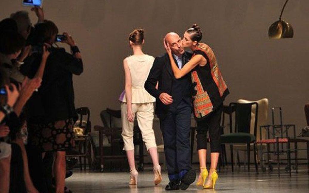 Італія, Мілан. Італійський дизайнер Антоніо Маррас вітає публіку після показу його колекції сезону весна-літо 2012 на Міланському тижні моди. / © AFP