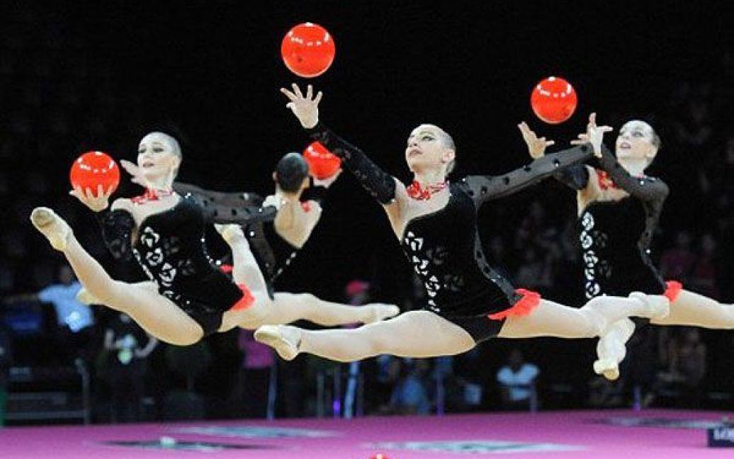 Франція, Монпельє. Збірна Україні з художньої гімнастики виконує вправу з м'ячами під час виступу на 31-му чемпіонаті світу з художньої гімнастики. / © AFP