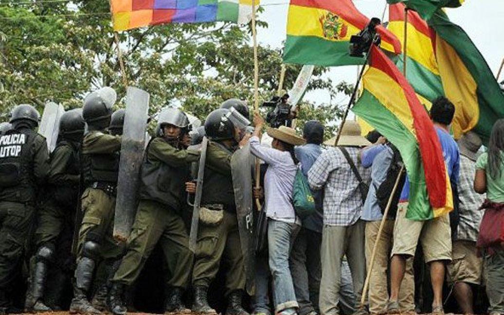 Болівія, Чапаріна. Зіткнення між поліцією та мешканцями басейну Амазонки сталися під час проведення маршу на знак протесту проти прокладання дороги через заповідник. / © AFP