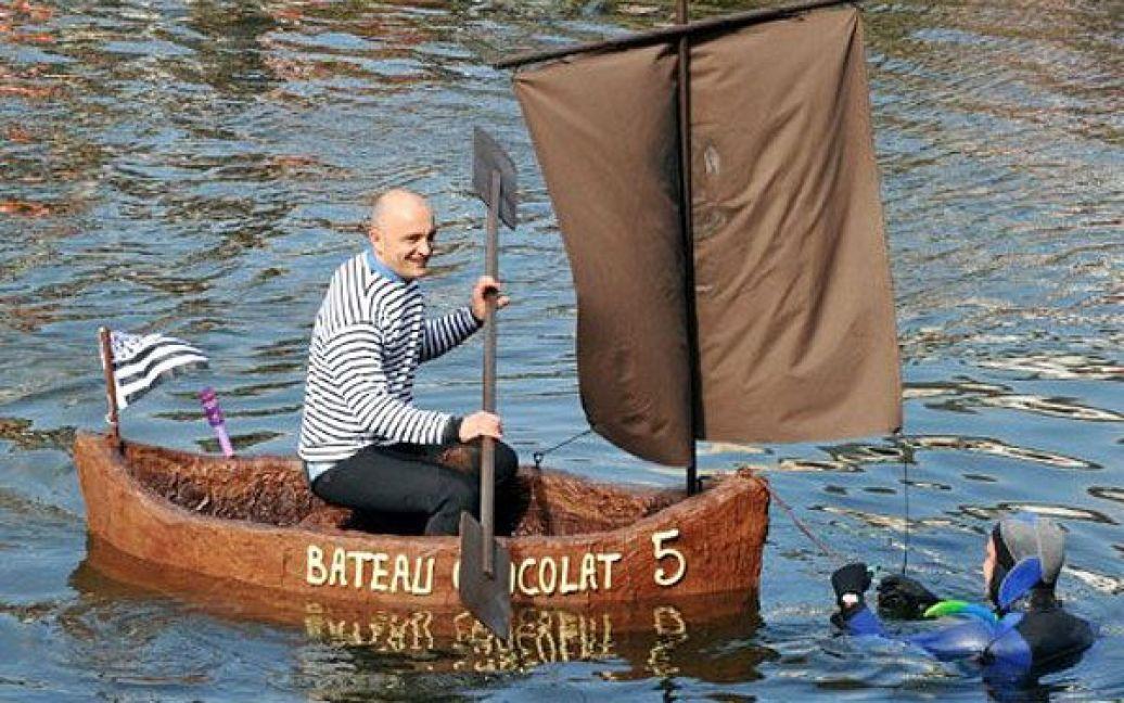 Франція, Брест. Чоловік керує двометровим човном, виготовленим з шоколаду, із шоколадними веслами і вітрилами, який створив кондитер Жорж Ларінколь. / © AFP