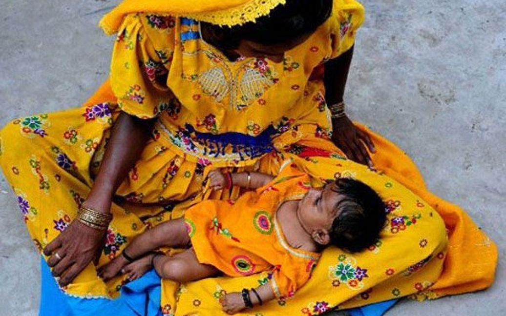 Пакистан, Сангар. Пакистанці, постраждалі від повеней, чекають на розподіл продовольчої допомоги. Більше 350 осіб загинули, і понад 8 мільйонів людей постраждали цього року від повеней, викликаних мусонними дощами. / © AFP