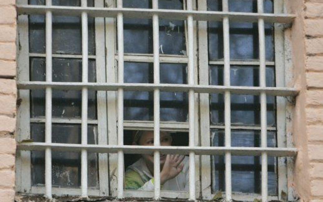 Юлія Тимошенко за ґратами у вікні Лук'янівського СІЗО / © УНІАН