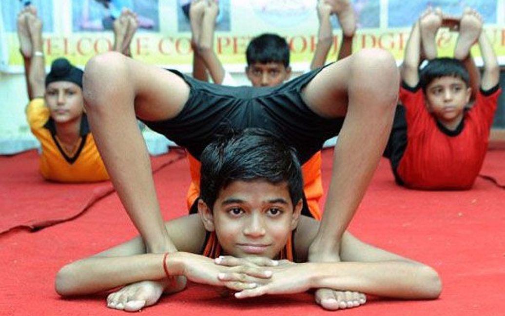 Індія, Амрітсар. Юний учасник масового тренування з йоги, в якому взяли участь 275 осіб. / © AFP