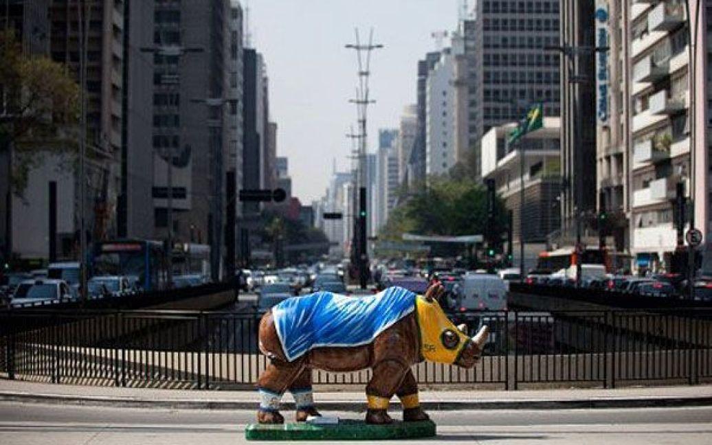 """Бразилія, Сан-Паулу. Фігури різнокольорових носорогів, виготовлені зі скловолокна, були встановлені на вулицях міста Сан-Паулу в рамках арт-проекту """"Ріноманія"""". Всього в місті з'явилось 60 носорогів, створених місцевими художниками. / © AFP"""
