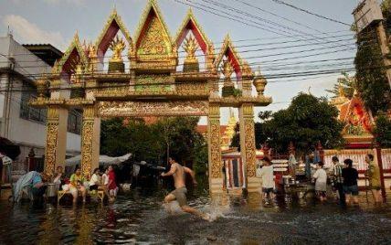 У Бангкоку вода затоплює все нові вулиці через каналізіцію