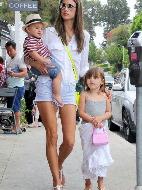 Алессандра Амбросио с детьми / © East News