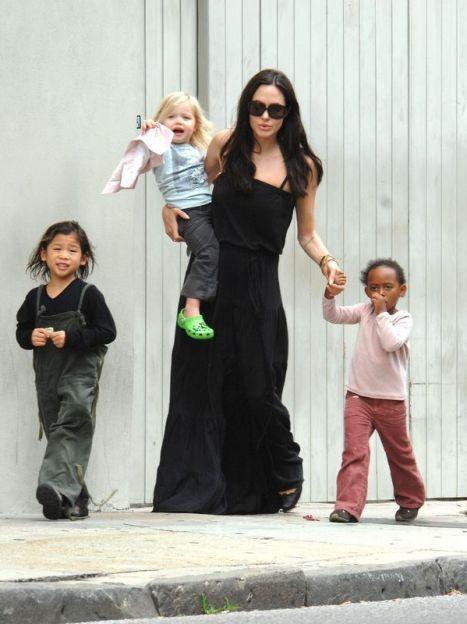 Анджелина Джоли с детьми: Паксом, Шайло и Захарой / © East News
