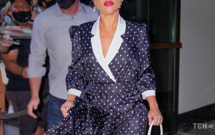 В платье с принтом polka dot и на шпильках: Леди Гага вышла на улицы Нью-Йорка в образе 50-х годов