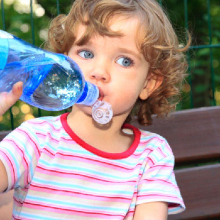 Воды младенцам!  Чем поить маленького ребенка