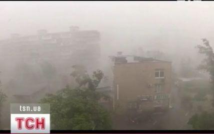 Українцям радять звикати до смерчів та повеней
