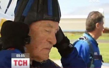 Американець відзначив 88-ий день народження стрибком з парашутом